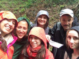 Der einsetzende Regen kann uns nicht abhalten: Gemeinsam mit Roland Essig wandern wir zu einer Bunkerruine im Bietigheimer Forst.
