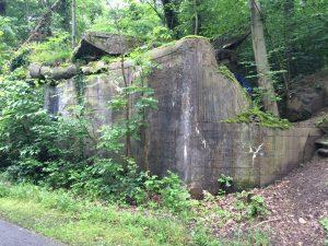 Hier, am Wegesrand, stand einst einer von rund 450 Bunkern der Neckar-Enz-Stellung. Heute ist von diesem Bauwerk nur noch eine Ruine übrig.