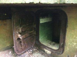 Kopf einziehen! Die Bunkertüre ist nur 1,10 Meter hoch.