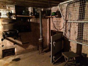 Das Bunkerinnere ist gut restauriert: Hier gibt es u.a. vier einfache Klappbetten, ein Telefon, einen Ofen, eine Belüftungsanlage und einen Notausgang.
